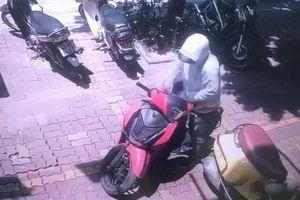 Clip: Màn bẻ khóa trộm xe SH chưa đến 2 giây ngay giữa phố Hà Nội