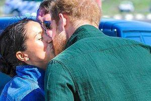 Harry - Meghan phá quy tắc hoàng gia khi hôn nhau