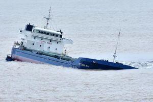 Trục vớt tàu chở hơn 3.000 tấn clinker chìm trên đường đến Cần Thơ
