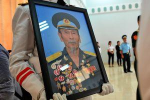 Người dân quê nhà tiễn phi công huyền thoại Bảy A trong nước mắt