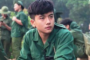 Chỉ một khoảnh khắc mặc đồng phục tập quân sự, nam sinh FPT đã khiến dân mạng 'đứng hình'