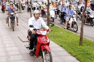 Xe máy đi trên vỉa hè bị phạt 350.000 đồng, đúng hay sai?