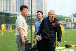 HLV Park Hang Seo gặp lại bạn thân trên sân tập tuyển Việt Nam