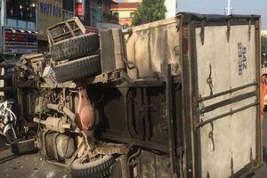 Xe tải tông ba xe máy trên cầu vượt Cây Gõ, 4 người bị thương