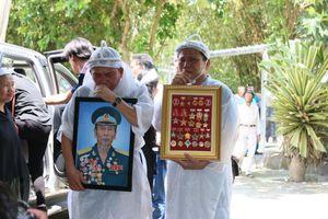 Lưu luyến tiễn đưa Anh hùng phi công Nguyễn Văn Bảy về với đất mẹ