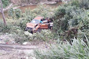 Xe bán tải chở 4 người lao xuống chân cầu, đầu xe biến dạng