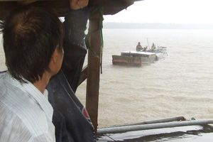 Bài 2: Dân lo lắng khi cát tặc thay nhau rút ruột các cồn bãi giữa sông Hàm Luông…