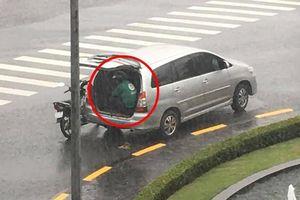 Cơn mưa bất chợt, chủ ô tô nhanh trí mở cốp sau giúp tài xế Grab trú kịp thời