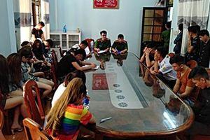 Công an bất ngờ đột kích quán karaoke, bắt quả tang 28 thanh niên lắc lư phê ma túy đá