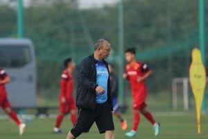 Căng sức huấn luyện, HLV Park Hang - seo mệt mỏi trên sân tập