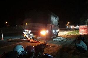 Tông vào xe tải, 2 mẹ con tử nạn trên đường đi dự đám tang