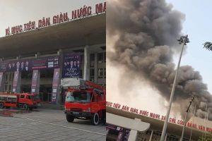Cháy hội trường Cung văn hóa hữu nghị Việt Xô, khói đen cuồn cuộn