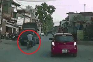 Clip: Thanh niên đi ngược chiều lao vào xe tải, ngã một cú thót tim ngay trước mũi ô tô
