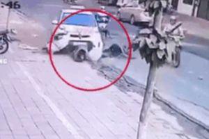 Clip: Taxi 'điên' vọt ga lao vào 2 phụ nữ bên đường, một nạn nhân kẹt cứng dưới bánh xe