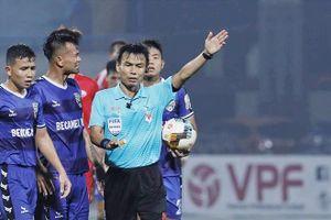 Trọng tài FIFA Trương Hồng Vũ 'thất nghiệp' sau cú bẻ còi tai tiếng