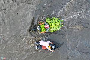 Triều cường dâng cao ở TP.HCM, đường lại thành sông