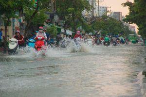 Sài Gòn không mưa người dân vẫn đẩy xe bì bõm trên đường