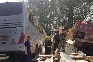 Xe buýt nổ lốp đâm vào xe tải trên cao tốc Trung Quốc, ít nhất 36 người chết