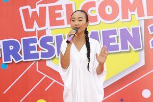 Cả ngàn tân sinh viên ĐH Kinh Tế - Tài Chính TP.HCM hòa giọng cùng ca sĩ Đoan Trang với bản hit 15 năm tuổi 'Socola'