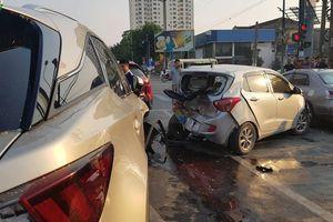 Xe Lexus gây tai nạn liên hoàn, 6 phương tiện hư hỏng
