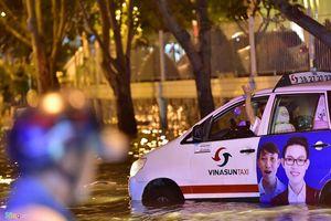 Ôtô chết máy trôi bồng bềnh ở khu nhà giàu Sài Gòn vì ngập