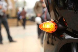 Đèn xi-nhan màu da cam: Đảm bảo an toàn cho người tham gia giao thông