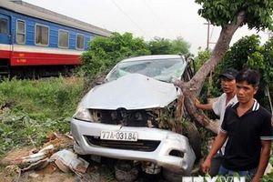 Phú Yên: Tàu hỏa tông ôtô 7 chỗ tại đường ngang dân sinh