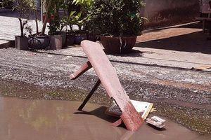 Cà Mau: Đường hư hỏng nhiều 'ổ gà, ổ voi', dân dùng ghế đá làm 'biển báo'
