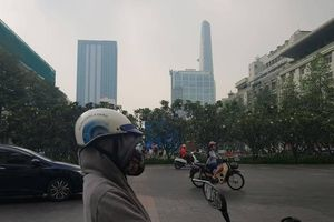 Người dân lo lắng vì sương mù quang hóa tiếp tục bủa vây TP.HCM