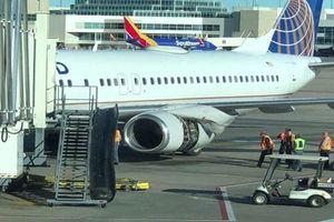Máy bay bung nắp động cơ trên trời, hành khách gặp phen 'xanh mặt'