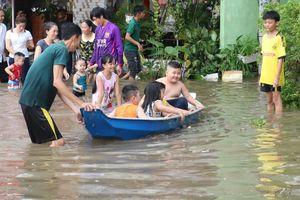 Dân Cần Thơ bơi ghe trên đường trong đợt triều cường lớn nhất lịch sử