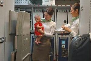 Ấn tượng hình ảnh tiếp viên Bamboo dỗ trẻ trên khoang máy bay