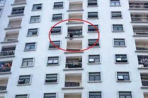 Giải cứu người phụ nữ định nhảy từ chung cư, tự tử
