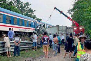 Qua đường sắt không quan sát, xe container bị tàu hỏa tông gãy đôi
