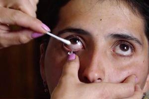 Người phụ nữ khóc ra 50 hạt pha lê mỗi ngày bị nghi là giả