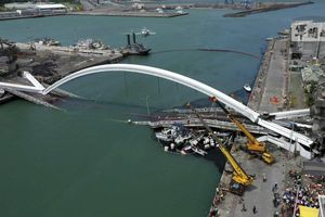Sập cầu ở Đài Loan (Trung Quốc) đè bẹp ba tàu cá