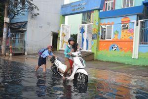 TP.HCM: Triều cường dâng cao giờ tan tầm, phụ huynh học sinh ướt sũng vượt 'biển' nước về nhà