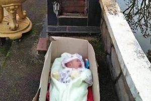Bé trai hơn tháng tuổi bị bỏ rơi cùng mảnh giấy nhờ nuôi dạy