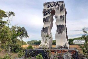 Hàng chục tác phẩm điêu khắc 'kêu cứu'