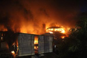 Chợ tạm bốc cháy dữ dội lúc rạng sáng, hàng trăm ki ốt bị thiêu rụi
