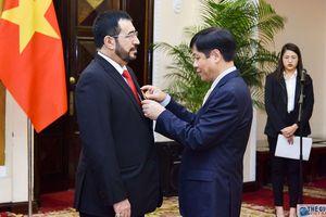 Trao Huân chương Hữu nghị cho Đại sứ Oman tại Việt Nam