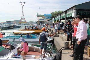 Cứu 4 người trên tàu khách bị chìm tại vịnh Nha Trang