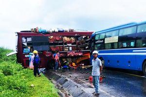 Kon Tum: Hai xe khách lao vào nhau, 4 người nhập viện