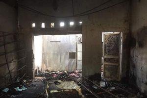 Ném bom xăng vào cửa hàng của tình địch để 'dằn mặt'