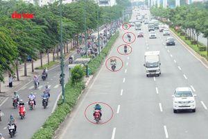 Bất chấp nguy hiểm tính mạng, vô tư chạy xe máy vào làn xe ô tô