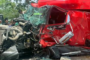 Đứt xích, cuộn sắt hàng chục tấn lao về phía trước đè bẹp cabin xe đầu kéo, lái xe tử vong