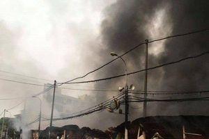 Chợ tạm cháy ngút trời khiến 400 ki ốt bị thiêu rụi, tiểu thương lăn lộn gào khóc