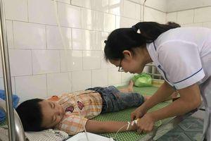 68 học sinh tiểu học ở Hải Dương nhập viện sau bữa ăn bán trú
