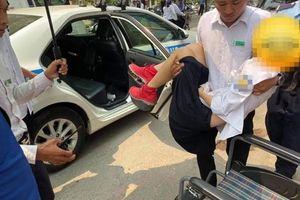 Nữ sinh bất tỉnh giữa đường vì bị cành cây rơi trúng đầu, được CSGT đưa đi cấp cứu