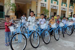 ChildFund trao tặng xe đạp cho hơn 90 học sinh nghèo huyện Tân Lạc (Hòa Bình)